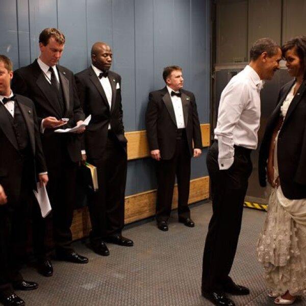 Obama y su esposa, Michelle, tiene un momento de privacidad en el elevador antes de la Inaugural Ball por su victoria.