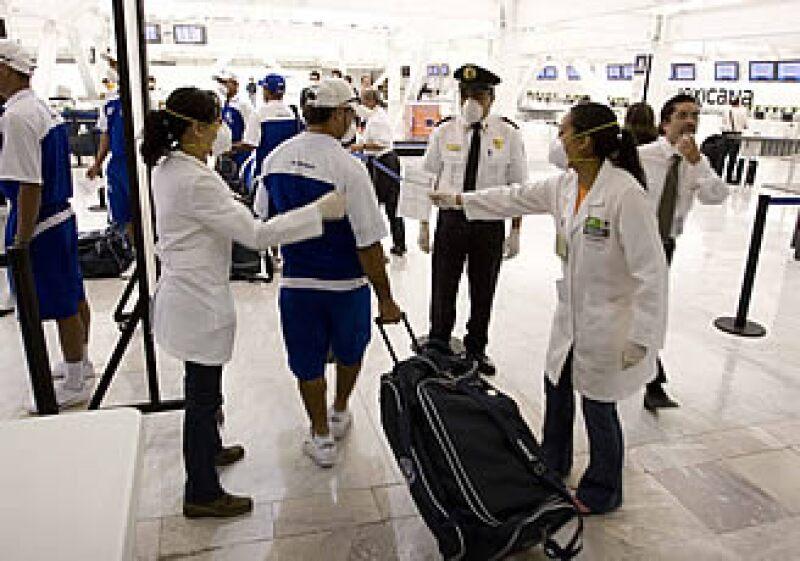 El brote de influenza ocasionó la reducción de pasajeros en los aeropuertos durante junio.  (Foto: Notimex)