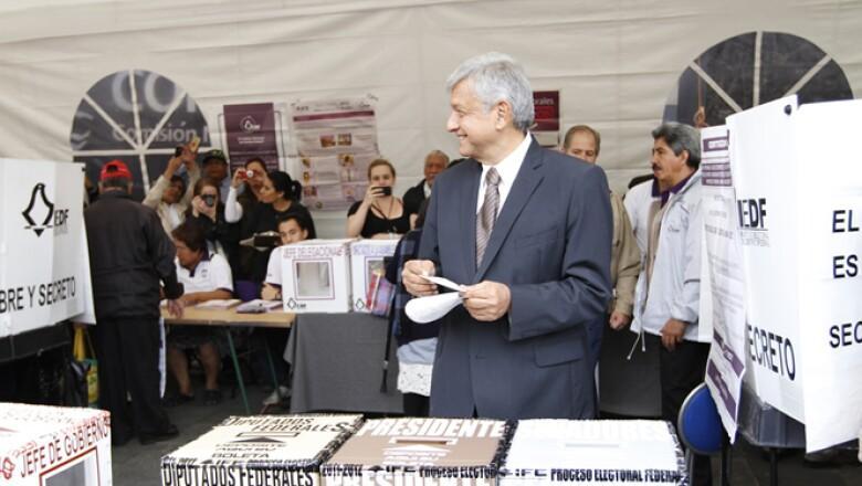 Andrés Manuel López Obrador, candidato a la presidencial del PRD, Partido del Trabajo (PT) y Movimiento Ciudadano,  llegó a las 8:00 horas a la casilla número 359, ubicada en la sede central de la Comisión Nacional del Agua.