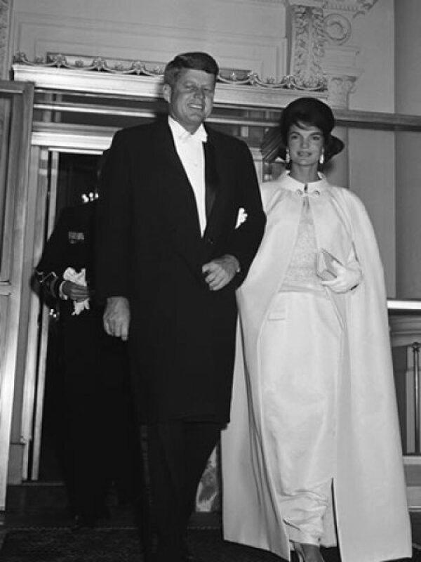 Jacqueline Kennedy tenía 31 años cuando en 1961 deslumbró en la toma de posesión de John F. Kennedy con un vestido blanco y capa diseñados por ella misma, con ayuda de Ethan Frankau, del lujoso almacén neoyorquino Bergdorf Goodman.