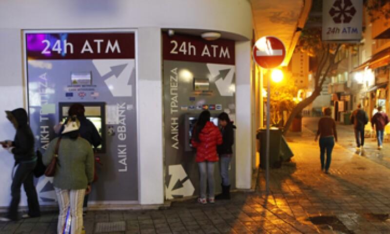 La banca chipriota se ha visto golpeada por su exposición al país donde inició la crisis de deuda: Grecia. (Foto: AP)