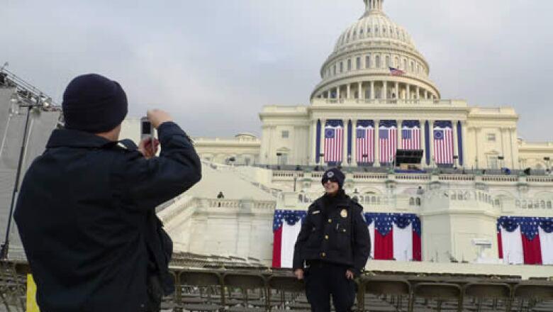 Los policías aprovechan para tomarse una foto frente al escenario dónde será la toma de posesión de Obama.