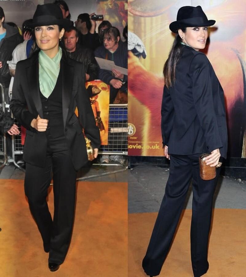 La actriz sigue en la promoción de la película `El gato con botas´ y para la premiere en Londres eligió un traje completo, con todo y sombrero.