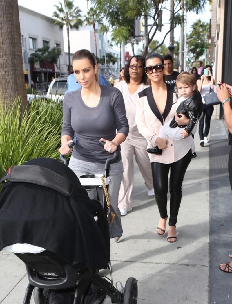 Las hermanas Kim y Kourtney fueron de compras a una exclusiva zona comercial acompañadas por sus hijas respectivas, North y Penelope.