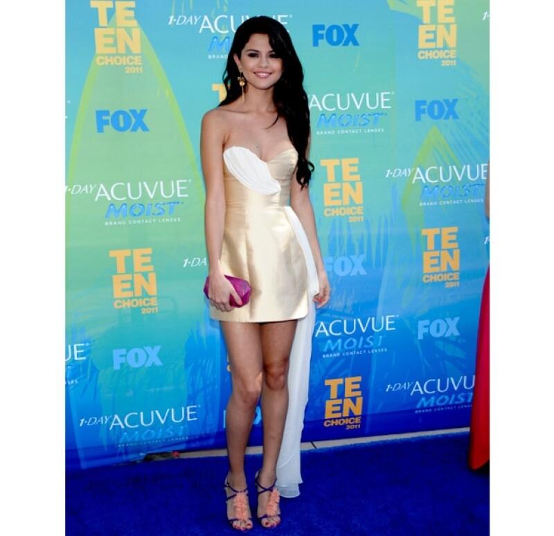 Selena desfiló por la alfombra azul en un modelo de la diseñadora estadounidense Erin Fetherston.