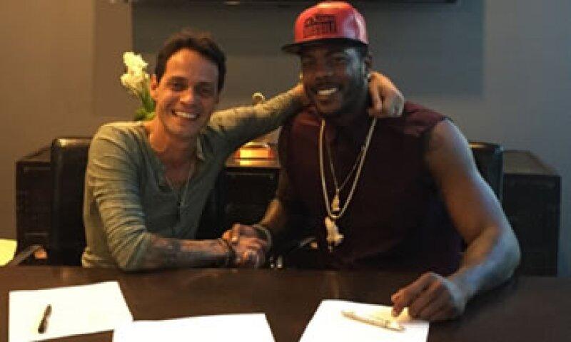 El cantante de salsa (izq) con su primer cliente en su nueva agencia deportiva, el cubano Aroldis Chapman (Foto: Twitter/@MarcAnthony)
