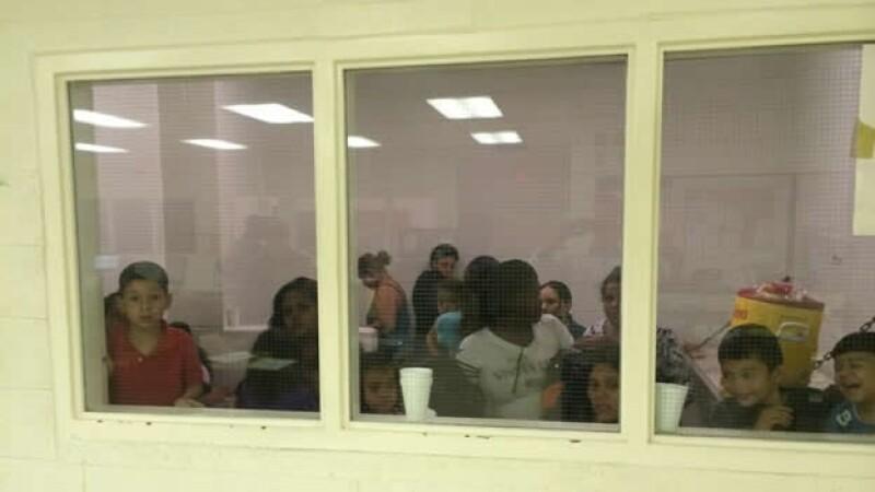 Un centro de detención en San Antonio Texas, en donde se observa a varios menores centroamericanos que cruzaron la frontera ilegalmente