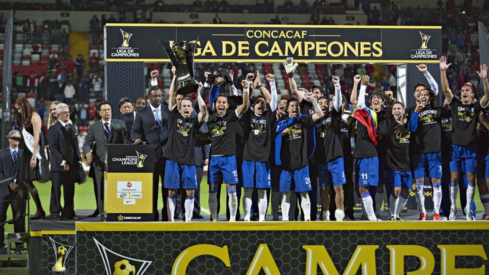 Los jugadores de la Máquina Celeste levantan la copa de la Concachampions