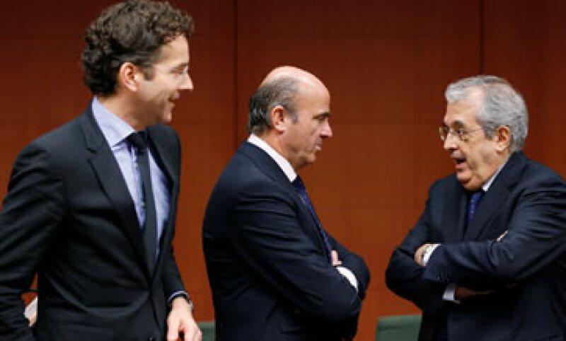 El presidente del Eurogrupo, Jeroen Dijsselbloem (i) destacó que los bancos españoles ahora están más fuertes. (Foto: Reuters)