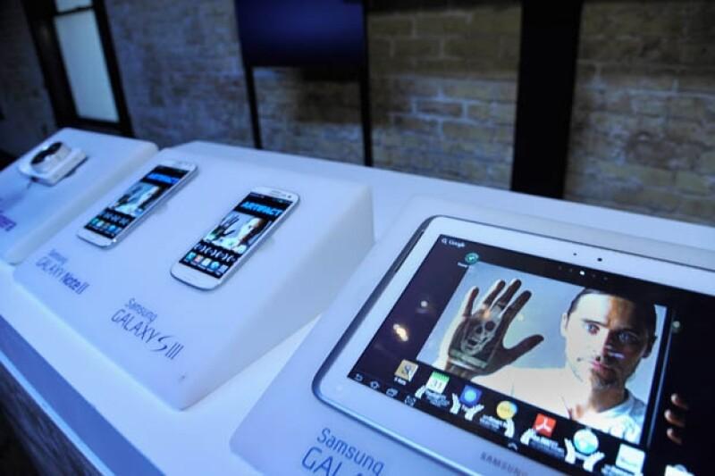 El `smartphone´podría ser el primero en superar las ventas del móvil de Apple, prevén los expertos; el dispositivo de Samsung saldrá al mercado hoy y busca ser el más comerciado en 2013.