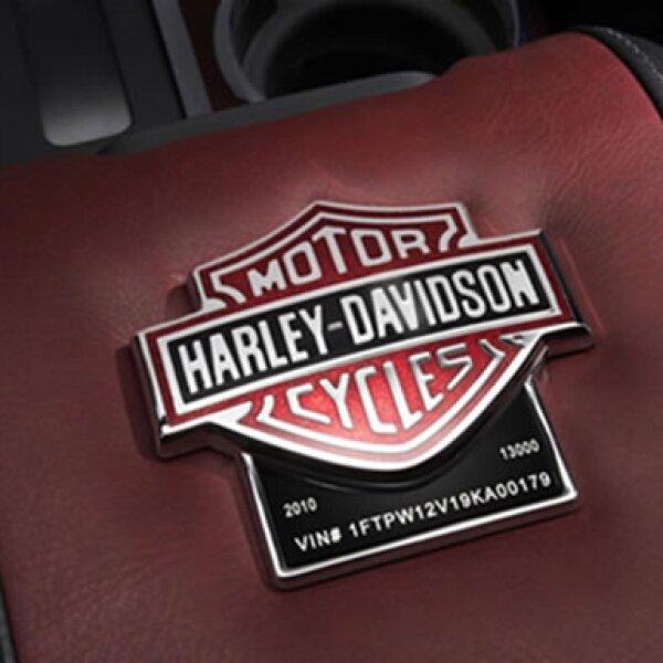 Los emblemas de la firma de motocicletas hacen mención de la influencia puesta en cada detalle del pick up