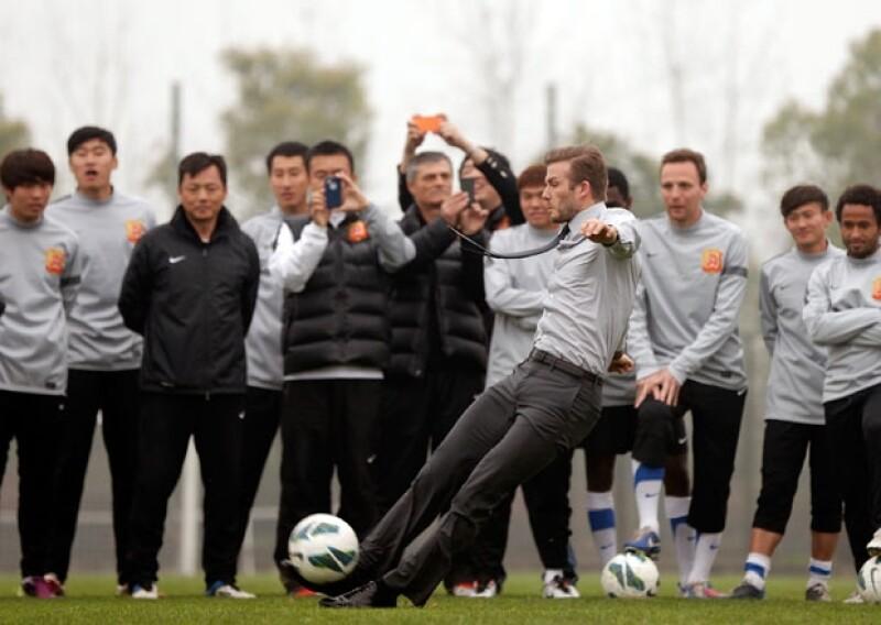 El futbolista tomó demasiado impulso para pegarle al balón, pero no contaba con que sus lisos zapatos lo traicionarían.