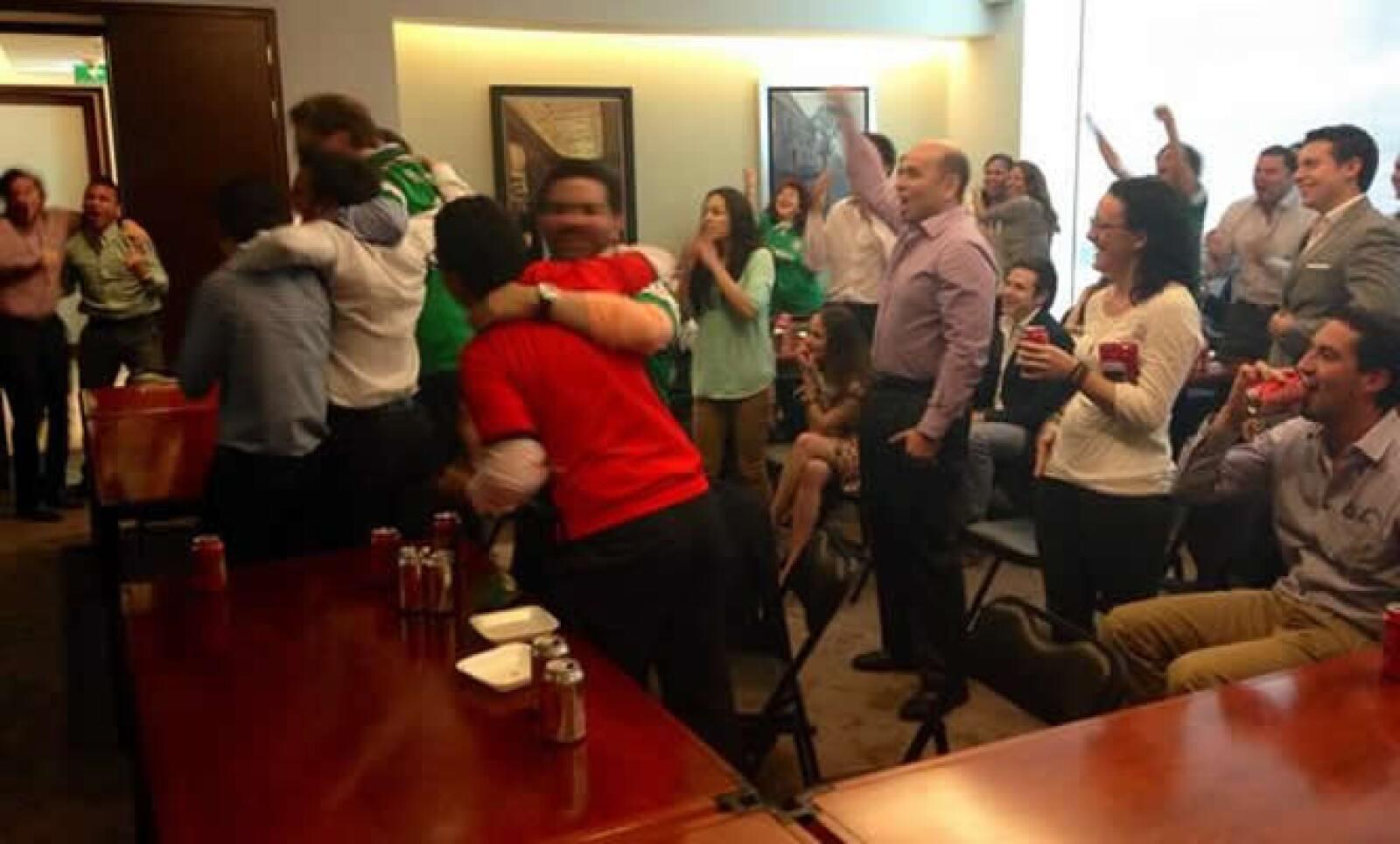 El grito de gol, tras anotar México, se escuchó en calles y oficinas