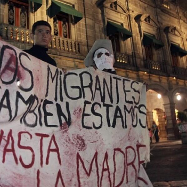 migrantes en puebla se manifesntan con una manta