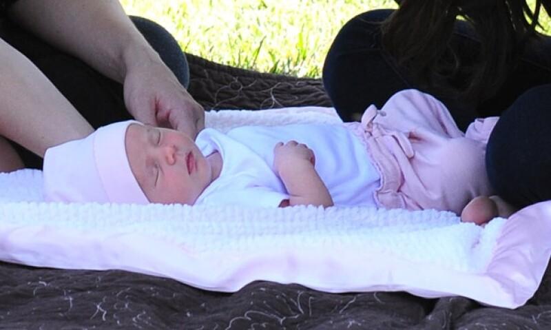 La cantante y actriz se encontraba en medio de un shooting cuando recibió una linda sorpresa, su hermanita recién nacida Gracie, estaba ahí.