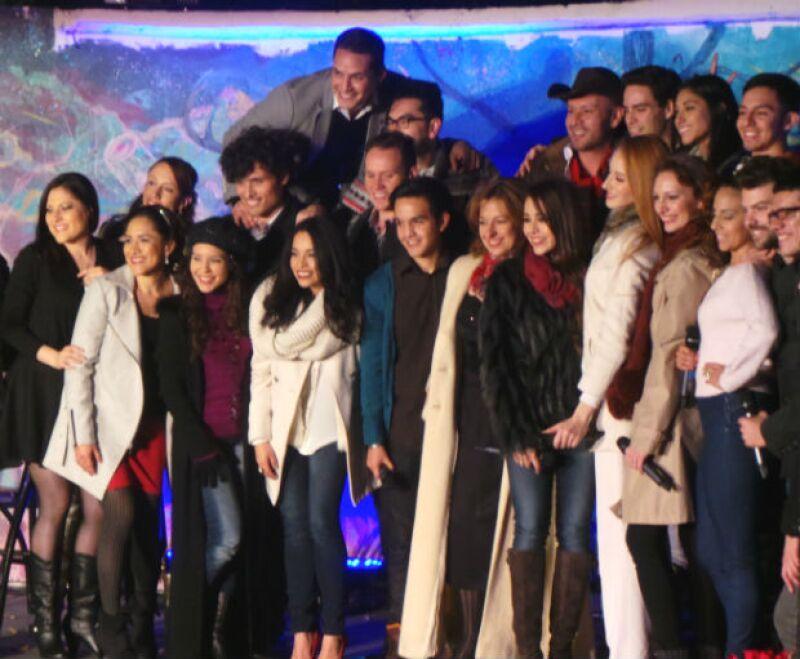 Las estrellas de 'Wicked' se unieron a un talentoso grupo de voces para ofrecer anoche un concierto especial con temática navideña, en un parque público de la Ciudad de México.