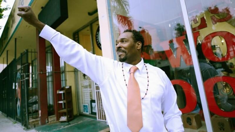 Rodney King levanta su puño a seguidores
