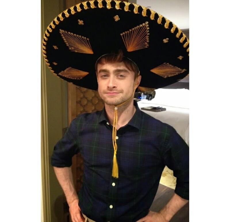 Daniel luciendo orgulloso su gran sombrero de charro.