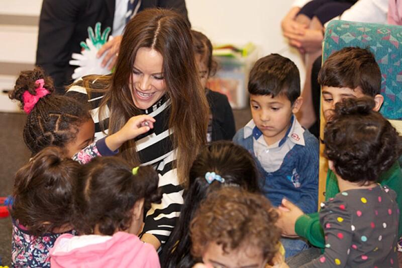Los niños rodearon a Sofía, quien se mostró muy atenta con ellos.