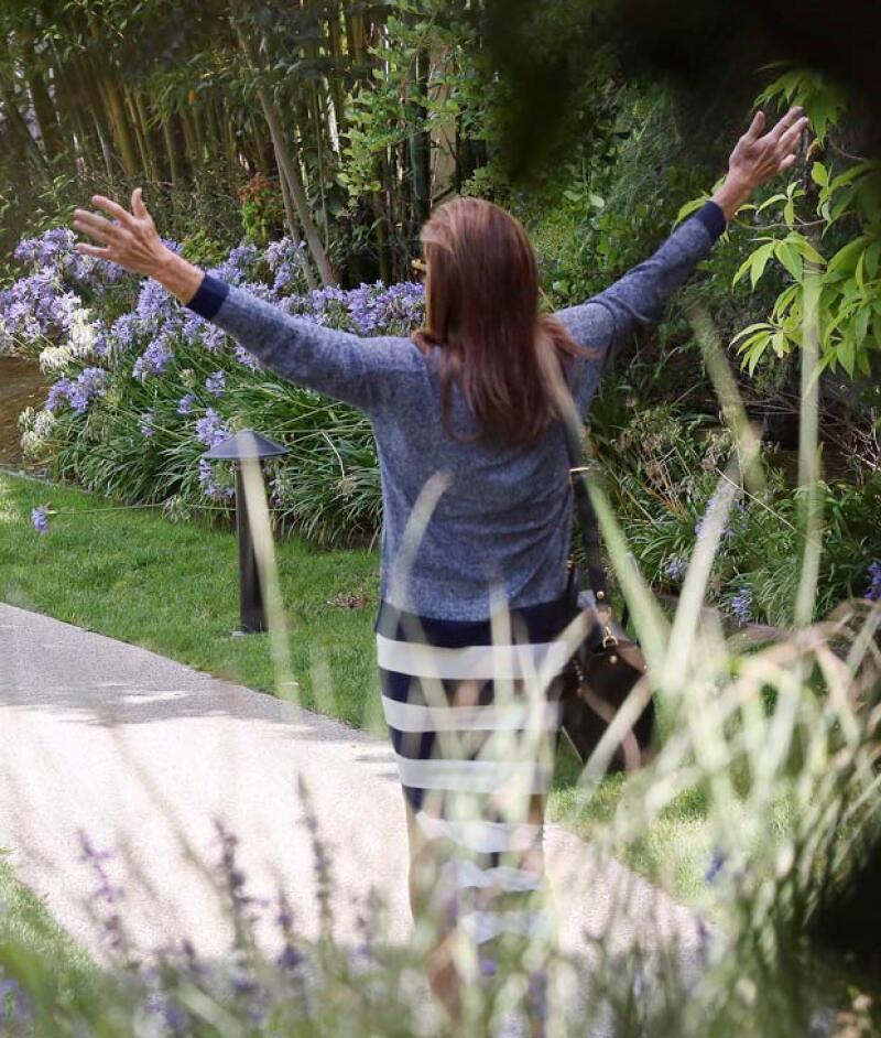 No puede ocultar su felicidad, con los brazos al aire y con una gran sonrisa disfrutaba su paseo.