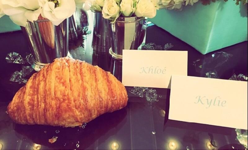 """Flores blancas y deliciosos entremeses, es lo que abundó en el desayuno """"Estilo Tiffany"""" de las Kardashian."""