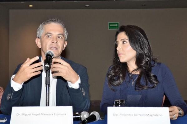 Con Alejandra Barrales tuvo una relación formal.