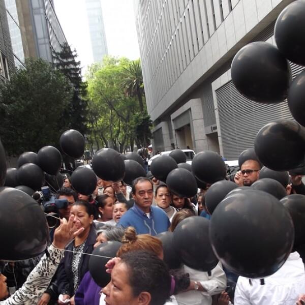 Los familiares de los jóvenes utilizaron globos negros para recordar a las víctimas
