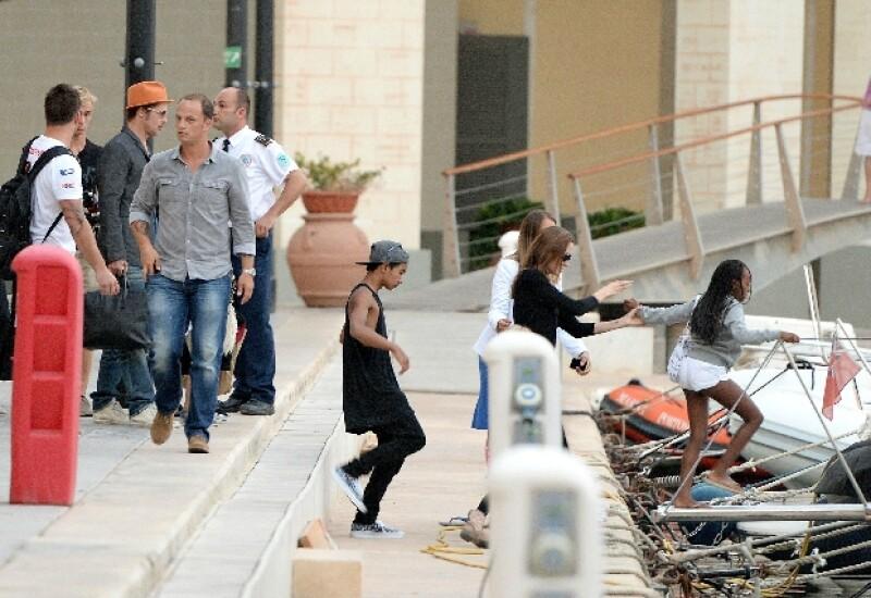 Brad Pitt hablaba con una comitiva en el puerto antes de abordar el yate con su familia.