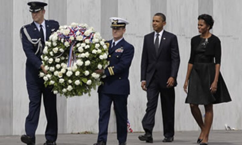 Barack Obama y su esposa Michelle acudieron al Muro de los Nombres, en donde cada una de las 40 lápidas lleva el nombre de las personas muertas al estrellarse el vuelo 93 de United. (Foto: AP)