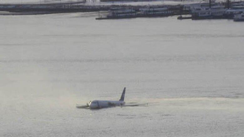 """Personas vieron cómo la aeronave que se dirigía a Charlotte hizo un aterrizaje de emergencia: """"Vi al avión volando muy bajo, pero bajo control, cayó en el agua. Luego que se despejó estaba flotando"""", dijo un testigo."""