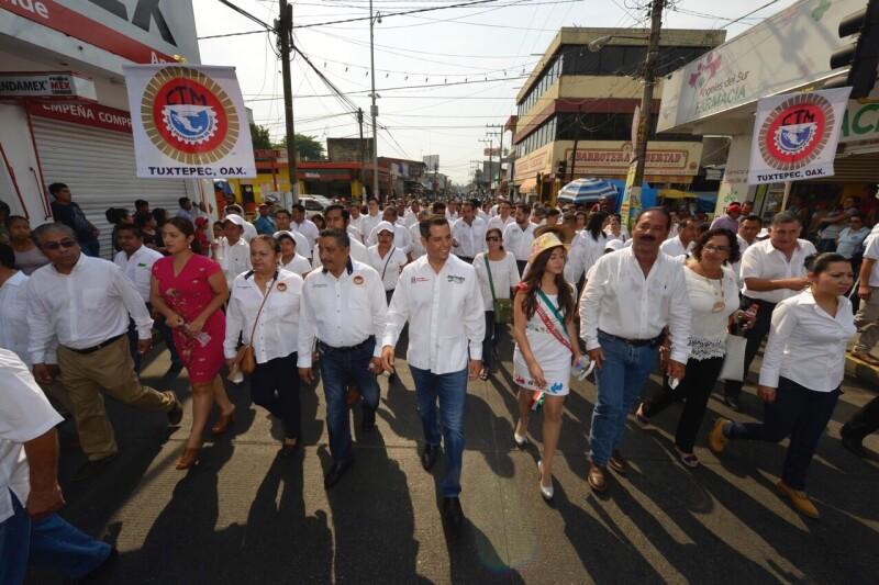 Alejandro Murat acompañó a los agremiados a la Confederación de Trabajadores de México .