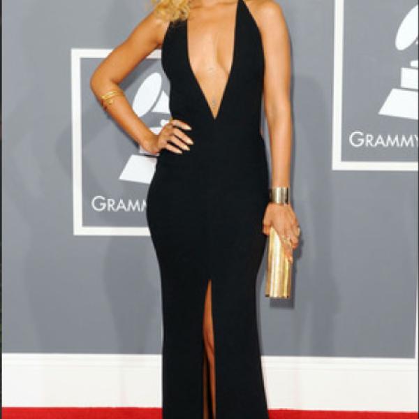 Rihanna-`Podría añadir más print a sus looks si sigue andando con Chris Brown, no tendrá que pagar por uno´.