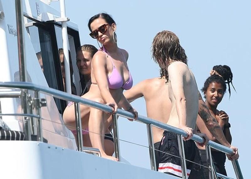 La cantante fue fotografiada luciendo su figura en un bikini rosa mientras daba un paseo en yate con algunos amigos.