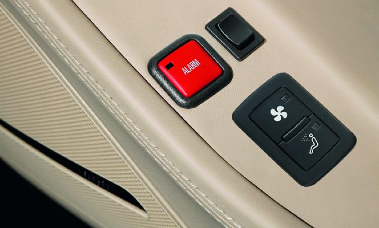 En caso de emergencia, los pasajeros pueden oprimir un botón de alarma que automáticamente desactiva los seguros de las puertas y permiten ser abiertas sin problemas.