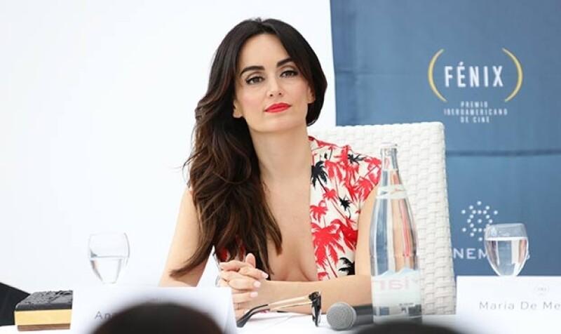 La actriz lució atractiva con un escotado vestido blanco con motivos florales durante el lanzamiento de los Premios Fénix al Cine Iberoamericano