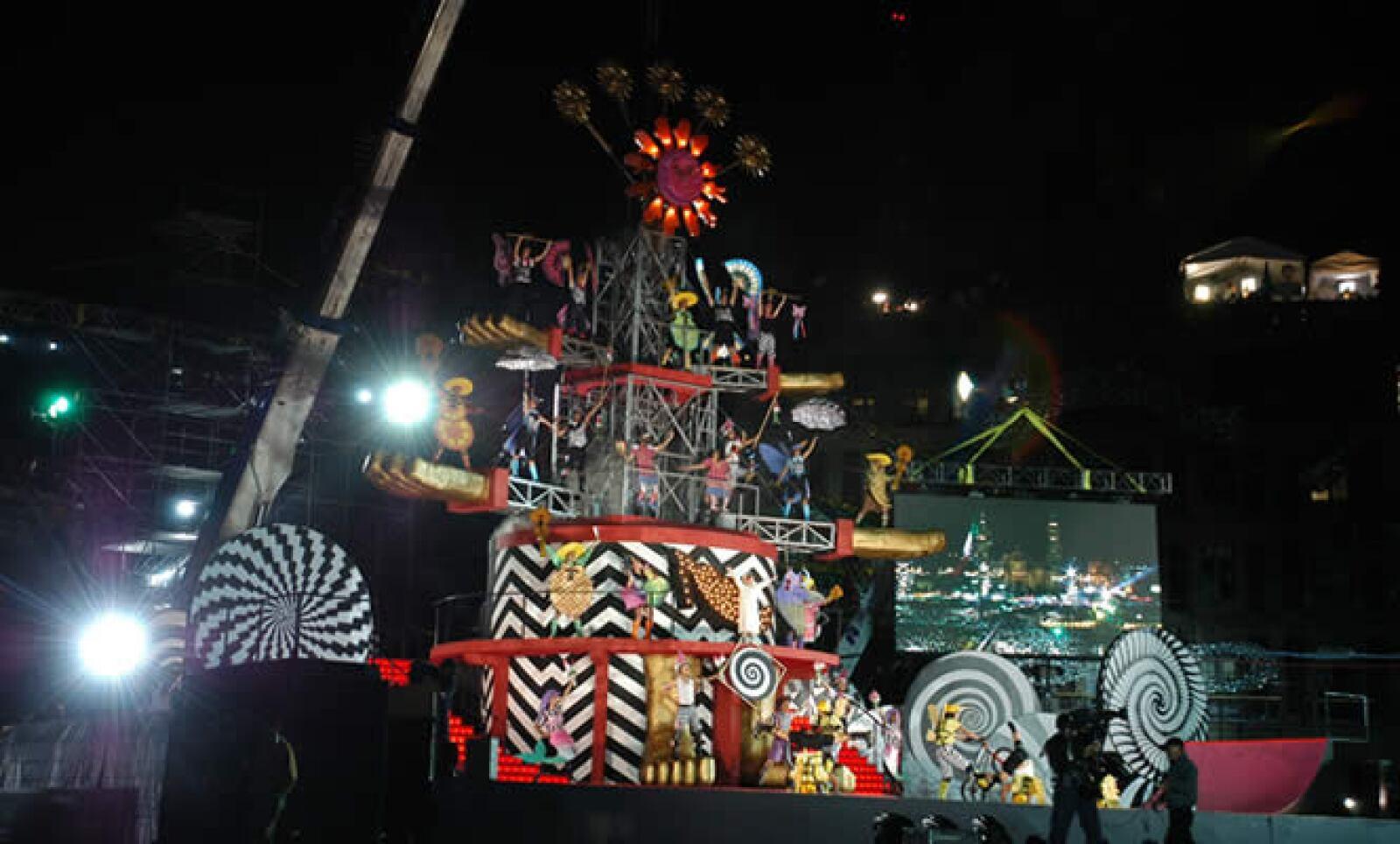 """En el Zócalo, el espectáculo """"El Árbol de la Vida"""", deleitó a los presentes con sus acrobacias y piruetas."""