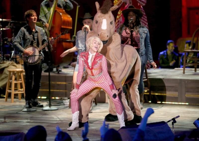 Miley abrió el concierto con la canción 4x4, bailando y brincando como toda una reina del rodeo.