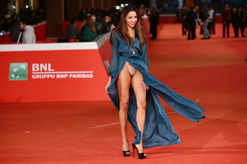 Debido a su arriesgado vestido con aberturas en ambos lados de las piernas, la actriz enseñó de más luego de que el imparable viento levantara la tela.