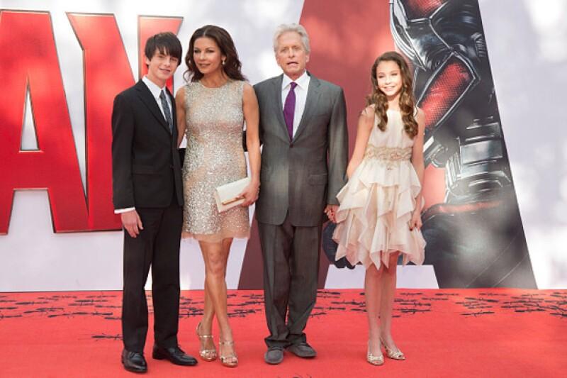 La actriz y su familia en la premiere de Ant-Man, cinta protagonizada por Michael Douglas, quien también hoy cumple años.