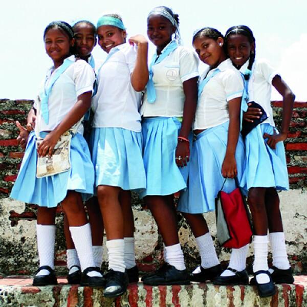 Las niñas juegan entre muros de historia, que la hicieron una ciudad impenetrable para los piratas.