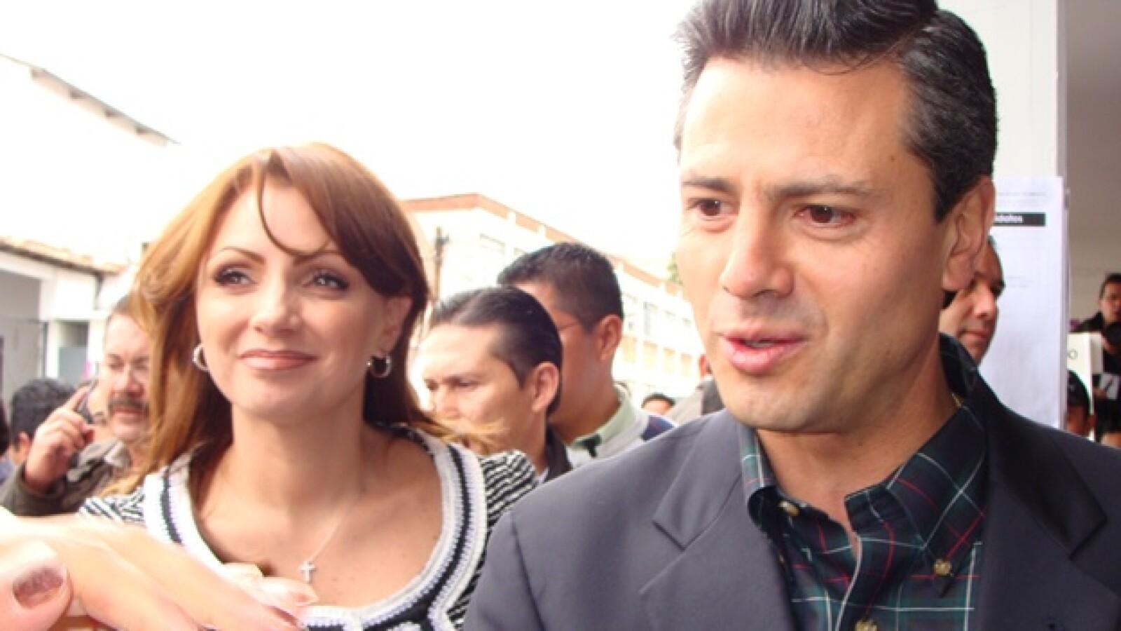 El gobernador Enrique Peña Nieto y su esposa Angélica Rivera