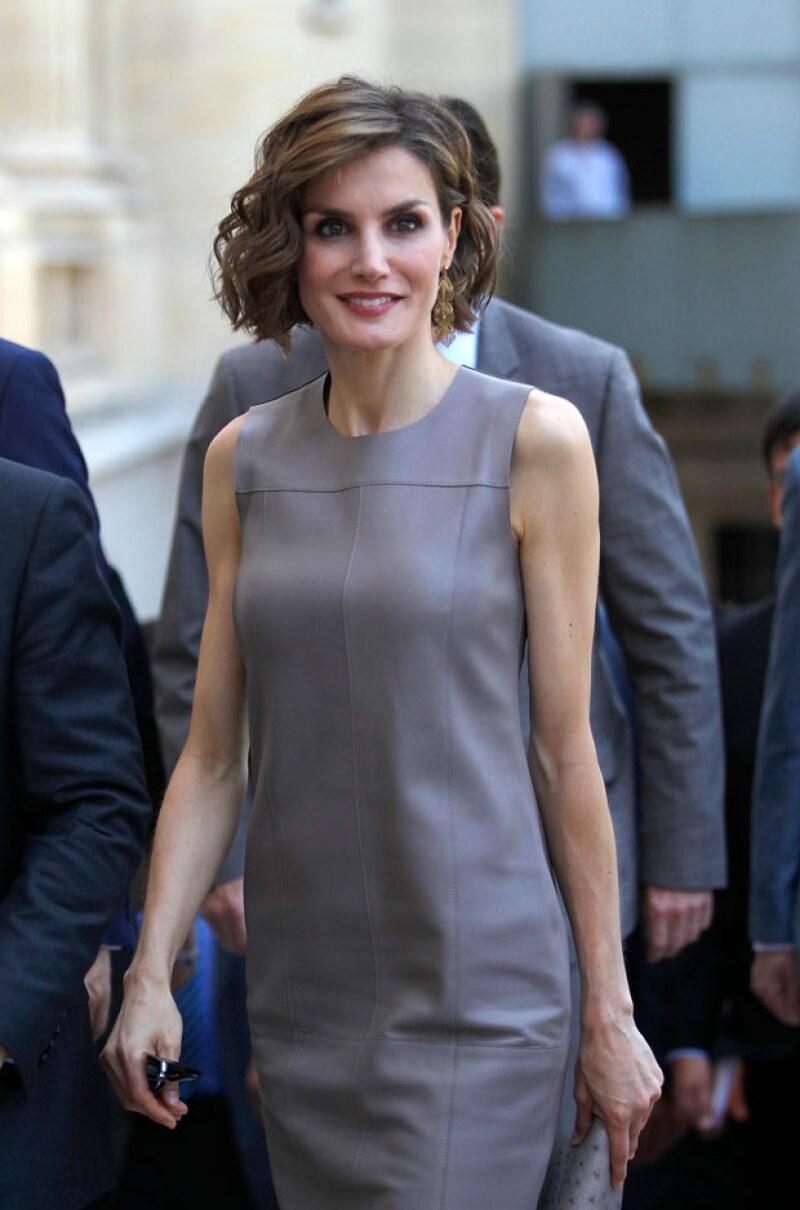 La esposa del rey Felipe fue captada de compras por la Feria del Libro de Madrid, completamente sola y sin evitar ser reconocida.