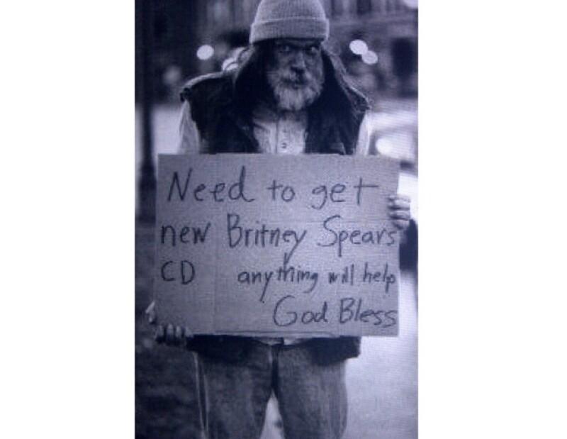 Este es el hombre, del cual se desconoce su identidad, que pide por las calles ayuda para conseguir el nuevo disco de la Princesa del Pop.