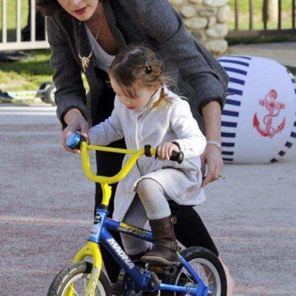También las niñas pedalean, por eso la actriz Milla Jovovich le enseñó a su hija Ever la mejor forma de andar en bici