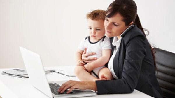 Dar tiempo a los empleados o empleadas con su bebé ayuda a las empresas a retener talento. (Foto: iStock by Getty Images )