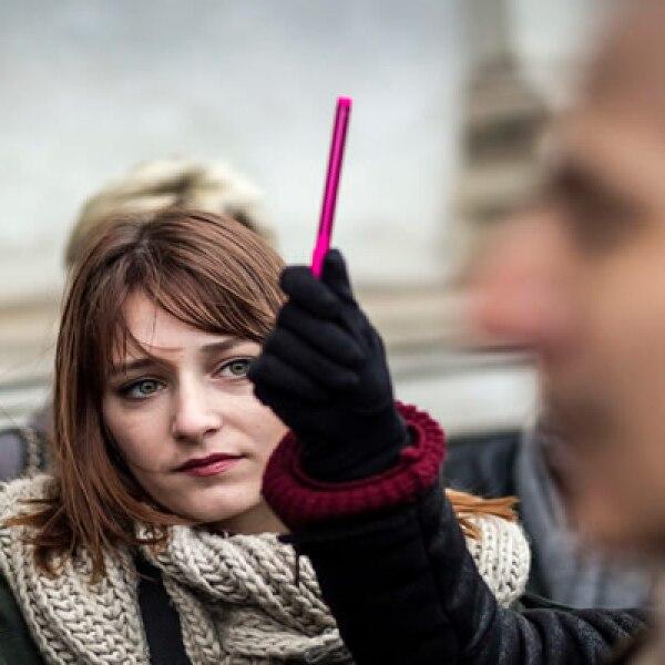 Las personas levantaron bolígrafos y guardaron un minuto de silencio en la ciudad de Copenhagen.