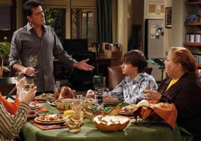 Charlie Sheen gana 1.8 mdd por programa, que tiene una audiencia promedio de 14.6 millones de espectadores. (Foto: AP)