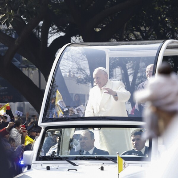 El pontífice sonrió y saludó a las personas que llegaron desde temprano para verlo.