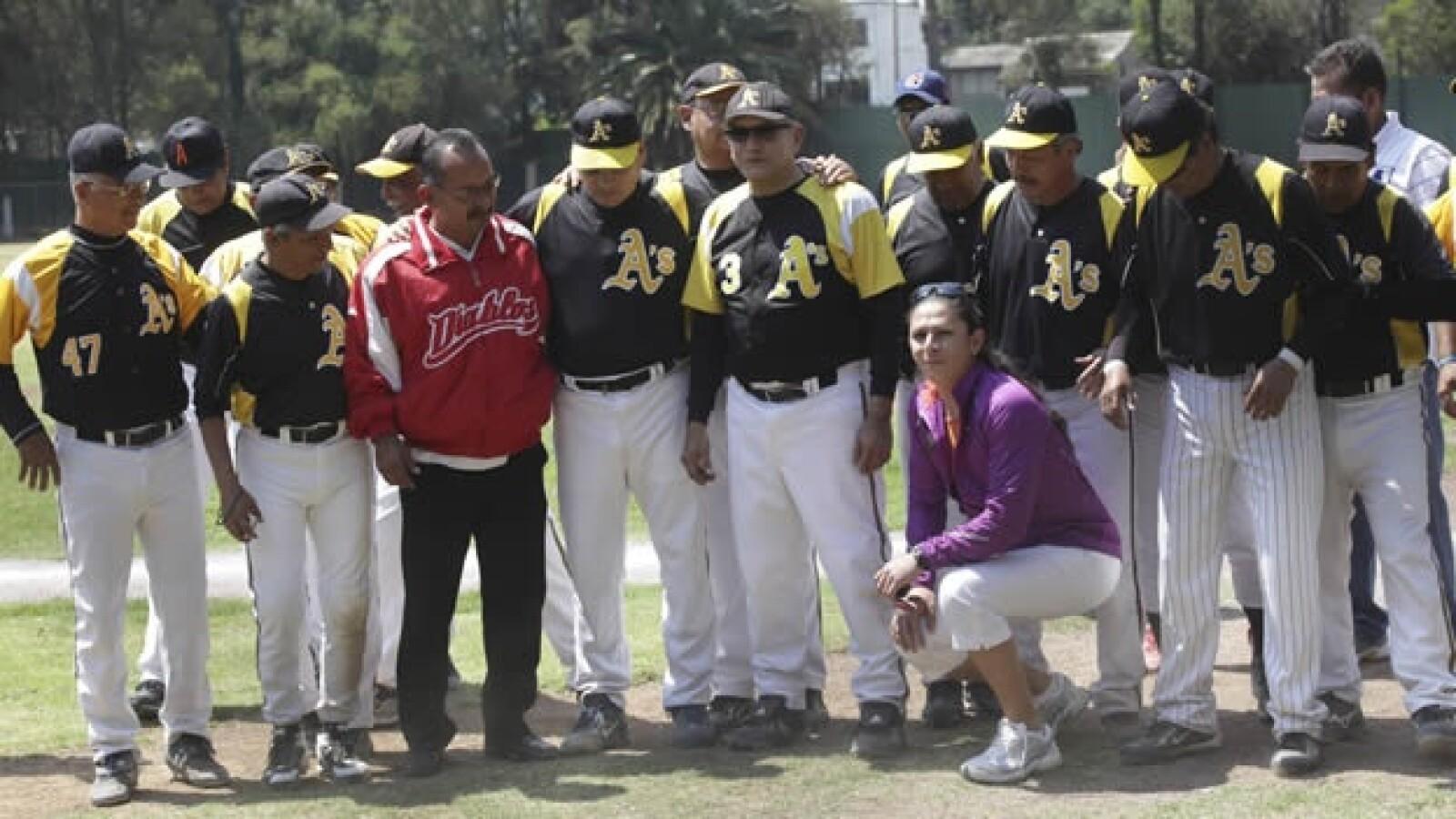 Lopez Obrador acude a un partido de beisbol