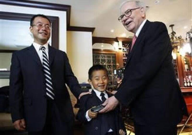 Zhao Danyang (izq.) describió a Warren Buffet (der.) como una persona 'muy famosa, pero que es como tu amigo'. (Foto: Reuters)